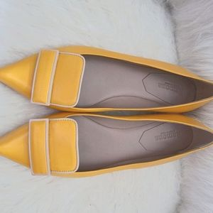 Beautiful pair of yellow leather Vero Cuoio flats